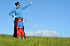 Madre y niño - poder del super héroe de la muchacha imagen de archivo libre de regalías