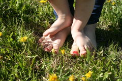 Madre y niño que caminan descalzo en la hierba Imágenes de archivo libres de regalías