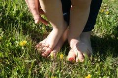 Madre y niño que caminan descalzo en la hierba Foto de archivo libre de regalías