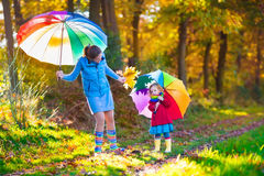 Madre y niño que caminan en parque del otoño Fotografía de archivo libre de regalías