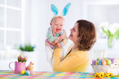 Madre y niño que celebran Pascua en casa Imagen de archivo libre de regalías