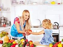 Madre y niño que cocinan en la cocina. Fotos de archivo libres de regalías