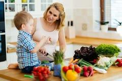 Madre y niño que preparan el almuerzo Imagenes de archivo