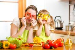 Madre y niño que preparan la comida sana y que se divierten Imagen de archivo libre de regalías