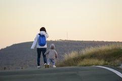 Madre y niño que se van Imagenes de archivo