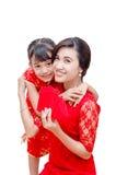 Madre y niño que sostienen el dinero rojo del paquete fotos de archivo