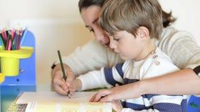 Madre y niño que tienen enseñar en casa tiempo almacen de video