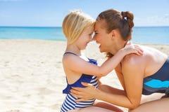 Madre y niño sanos felices en el abarcamiento de la costa Fotos de archivo libres de regalías