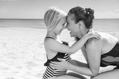 Madre y niño sanos felices en el abarcamiento de la costa Fotografía de archivo libre de regalías