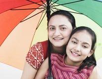 Madre y niño y paraguas Imagen de archivo