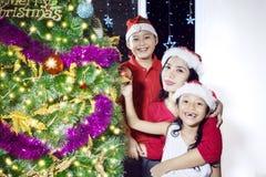 Madre y niños con el árbol de navidad Imagen de archivo