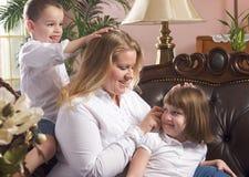 Madre y niños en el sofá Fotos de archivo libres de regalías