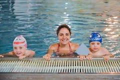 Madre y niños en la piscina Fotografía de archivo