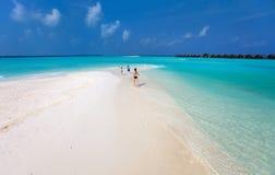 Madre y niños en la playa tropical foto de archivo libre de regalías