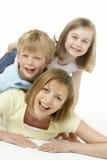 Madre y niños felices junto Foto de archivo libre de regalías