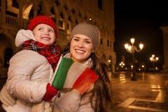 Madre y niño con la bandera italiana en la plaza San Marco en Venecia Imagenes de archivo