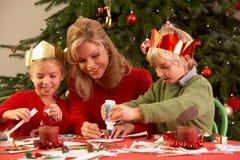 Madre y niños que hacen tarjetas de Navidad Foto de archivo libre de regalías