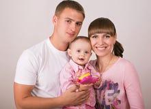 Madre y padre con el bebé Fotografía de archivo libre de regalías
