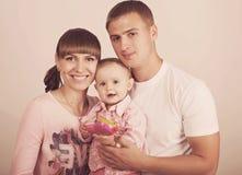 Madre y padre con el bebé Fotos de archivo libres de regalías