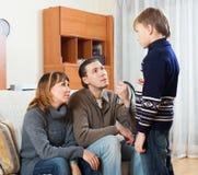 Madre y padre con el muchacho de regañina del adolescente de la correa Imágenes de archivo libres de regalías