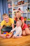 Madre y padre con el niño   Foto de archivo libre de regalías