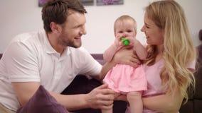 Madre y padre con la risa del bebé Retrato del hijo natural feliz de la familia almacen de video