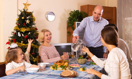 Madre y padre con los niños y los nietos que celebran Navidad Imágenes de archivo libres de regalías
