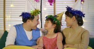 Madre y padre que besan a su hija con amor Familia feliz que disfruta del tiempo junto almacen de metraje de vídeo