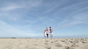 Madre y padre Spinning Their Son e hija en la playa metrajes