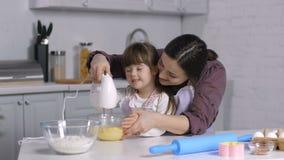 Madre y pasta especial de la mezcla de la muchacha de las necesidades con el mezclador metrajes