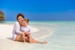 Madre y pequeña hija en la playa fotos de archivo libres de regalías