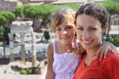 Madre y pequeña hija, ruinas antiguas en Roma Imágenes de archivo libres de regalías