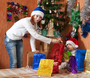 Madre y pequeño hijo con los regalos de la Navidad Imagenes de archivo