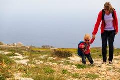 Madre y pequeño viaje de la hija en montañas Fotos de archivo
