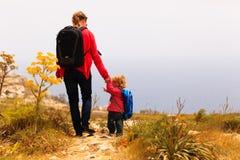 Madre y pequeño viaje de la hija en montañas Imagen de archivo