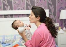 Amor de madres. Imagen de archivo libre de regalías