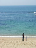 Madre y sol en la playa fotos de archivo