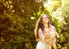 Madre y su bebé al aire libre Fotos de archivo libres de regalías