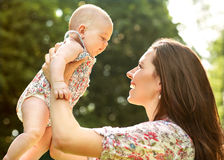 Madre y su bebé al aire libre Imagen de archivo libre de regalías