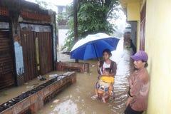 Madre y su bebé en la inundación Fotos de archivo libres de regalías