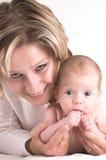 Madre y su bebé que aspira Imagen de archivo libre de regalías