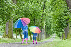 Madre y su hija con los paraguas Imagen de archivo libre de regalías