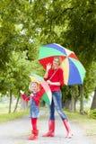 Madre y su hija con los paraguas Fotografía de archivo libre de regalías