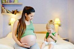Madre y su hija del bebé foto de archivo