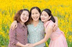 Madre y su hija en el campo de flor Fotos de archivo libres de regalías