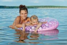 Madre y su hija en la playa Imagen de archivo libre de regalías