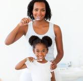 Madre y su hija que aplican sus dientes con brocha Fotografía de archivo libre de regalías