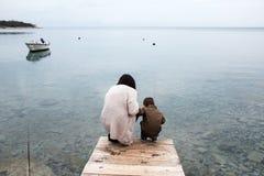 Madre y su hijo por el mar Imagenes de archivo