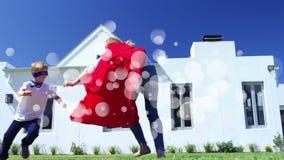 Madre y su jugar del hijo rodeados por la animación blanca de las burbujas almacen de video