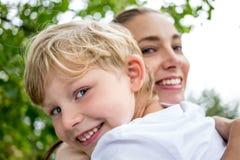 Madre y su niño fotografía de archivo libre de regalías